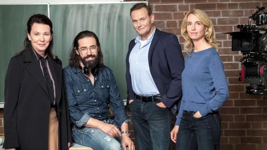 Bis Ende August 2019 drehen (v.l.n.r.) Iris Berben, Regisseur Leo Khasin, Devid Striesow und Ursina Lardi in Berlin das ZDF-Drama Das Unwort über antisemitisches Schulmobbing in Berlin.