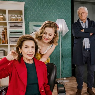 Rose (Hannelore Elsner, l.) platzt zusammen mit Lebensfährten Werner Wittich (Günther Maria Halmer, r.) unangekündigt ins TV-Studio, in dem Tochter Nina (Marlene Morreis, M.) für einen Verkaufssender arbeitet.