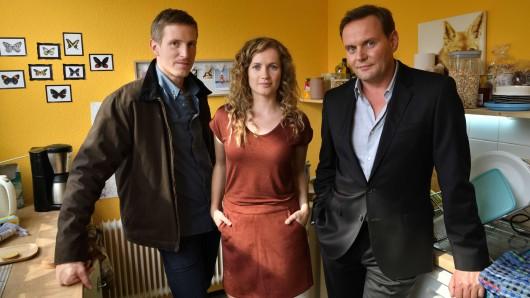 Mads Schwartz (Golo Euler) mit seiner Frau Jasmin (Cornelia Gröschel) und Andi  Schwartz (Devid Striesow) (vl.)
