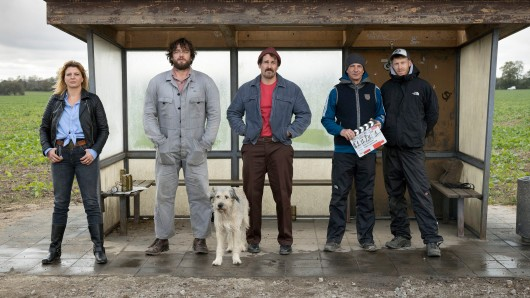 Warten auf'n Bus: Jördis Triebel (Kathrin), Ronald Zehrfeld (Hannes), Hund Maik, Felix Kramer (Ralle), Dirk Kummer (Regie), Falko Lachmund (Kamera) (v.l.)