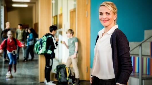 Fritzie Kühne (Tanja Wedhorn) ist Lehrerin aus Leidenschaft.