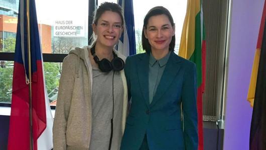 Regisseurin Emile Noblet dreht die neue Serie Parlement mit Christiane Paul (re.) ,die die deutsche Hauptrolle spielt.
