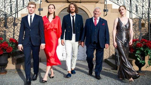 Die Familie Verhoven: Paul (Lennart Betzgen), Livia (Livia Matthes), Alexander (Frederik Götz), Robert Verhoven (Heinz Hoenig) und Eva (Stephanie Japp). (v.l)