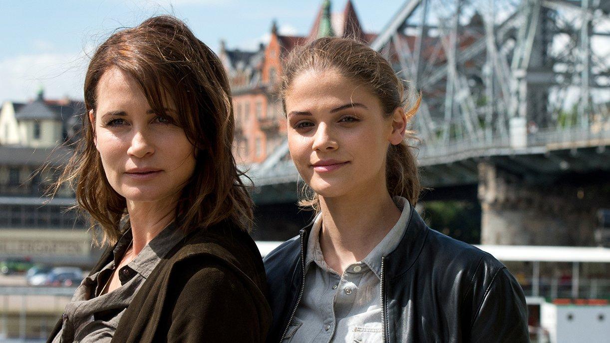 Schauspielerinnen Anja Kling (l), in der Rolle der Dresdner Hauptkommissarin Bärbel Wallenstein und Lisa Tomaschewsky in der Rolle der Tochter Kim.