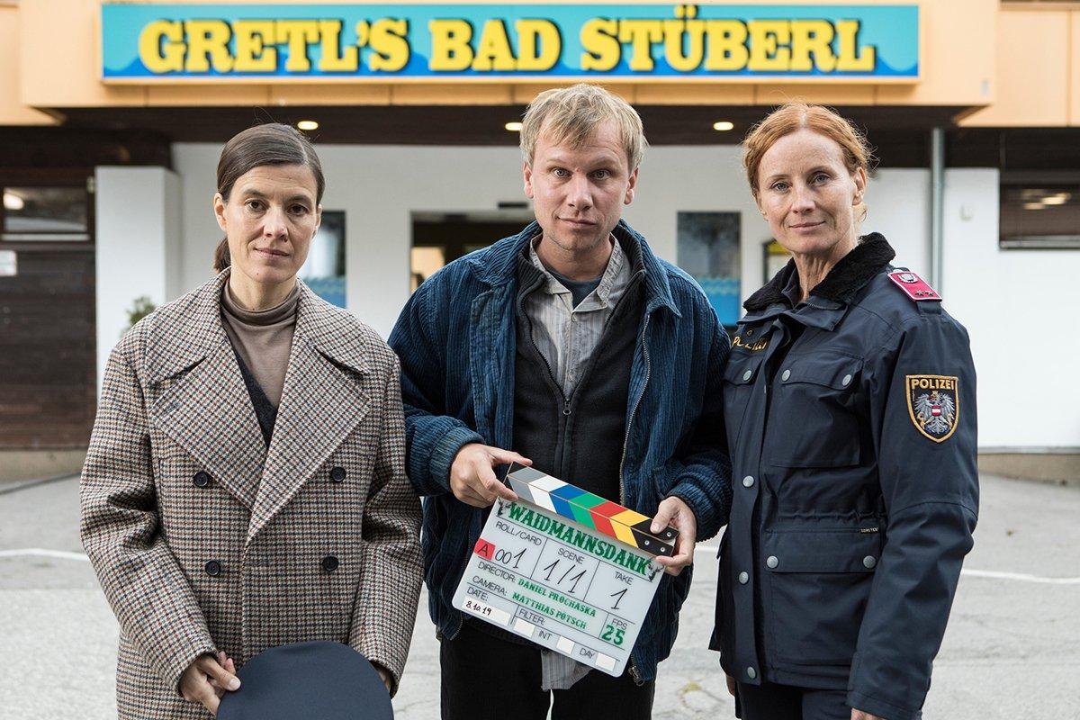 Bis November 2019 drehen stehen die Hauptdarsteller Pia Hierzegger, Robert Stadlober) und Jutta Fastian (r.) für den Landkrimi Waidmannsdank vor der Kamera.