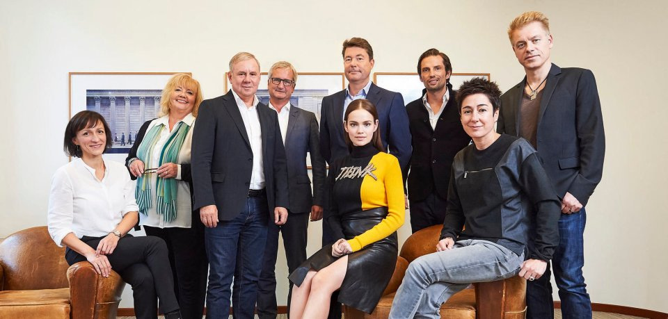Von links: Christiane Flatken, Sabine Ulrich, Joachim Król, Jörg Quoos, Jury-Präsident Christian Hellmann, Emilia Schüle, Quirin Berg, Dunja Hayali, Michael Mittermeier.