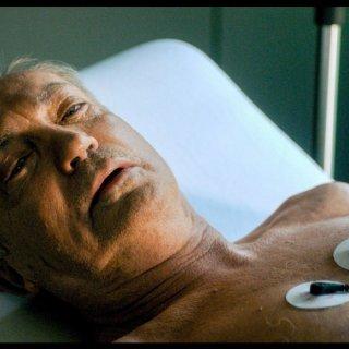 Der Großindustrielle Rolf Rauchensteiner (Udo Kier) braucht eine neue Leber.