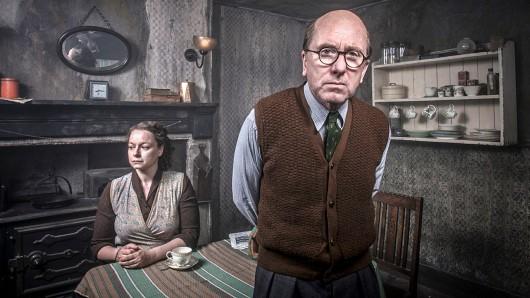 Serienkiller John Christie (Tim Roth) mit seiner Frau Ethel Christie (Samantha Morton)