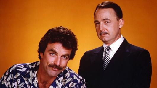 Von 1980 bis 1988 wie Feuer und Wasser: Tom Selleck (l.) als Privatdetektiv Magnum und John Hillerman (20.12.1932 - 9.11.2017) als sein Hausverwalter Higgins