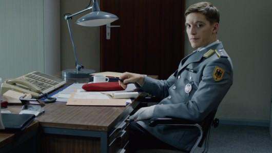 Deutschland 83-DDR-Spion Jonas Nay wird in der von Amazon in Auftrag gegebenen dritten Staffel Deutschland 89 den Mauerfall aus einer etwas anderen Perspektive erleben.
