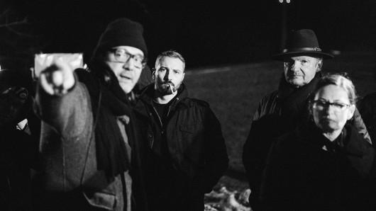 Regisseur David Schalko am Set in Wien mit Einsatzleiter (Murathan Muslu, 2.v.l.), Profiler (Garbiel Barylli, 2.v.r.).