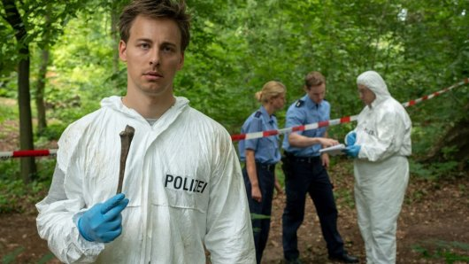 Beim Absuchen des Tatorts ist Marc (Timmi Trinks, l.) auf das Skelett eines Menschen gestoßen. Ein weiterer Mord?