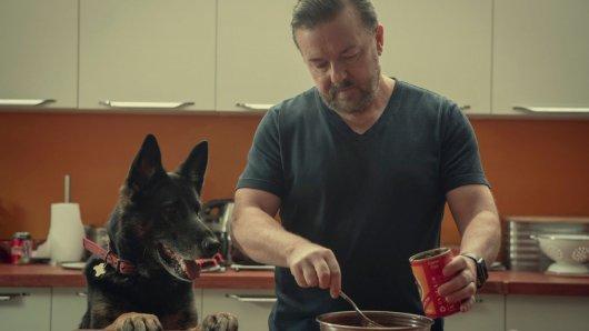 Dass Tony (Ricky Gervais) überhaupt noch lebt, verdankt er seinem Hund: Weil das Tier immer Hunger hat, kommt er einfach nicht dazu, sich umzubringen.