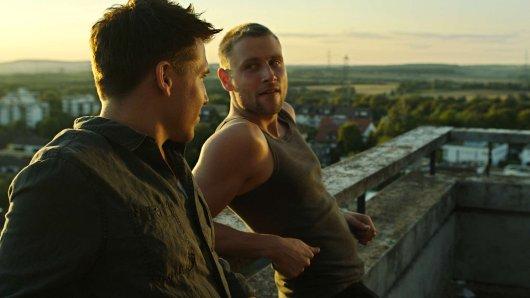 Szene aus dem ersten Teil von Freier Fall: Kay (Max Riemelt, 2.v.li.) hat  eine Affäre mit Marc (Hanno Koffler, li.) begonnen, und hofft, dass dieser sich für ihn entscheidet.