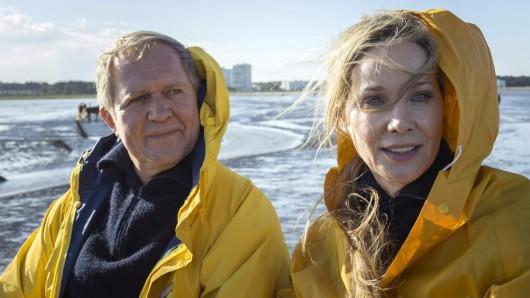 """Ann-Kathrin Kramer und Harald Krassnitzer, übrigens auch im richtigen Leben ein Paar, spielen im ersten Teil """"Eltern allein zu Haus"""" die Schröders."""