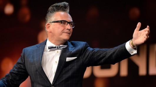 Fast zwei Jahre nach dem Ende von Zimmer frei bittet Entertainer Götz Alsmann zu einer neuen Show im WDR.