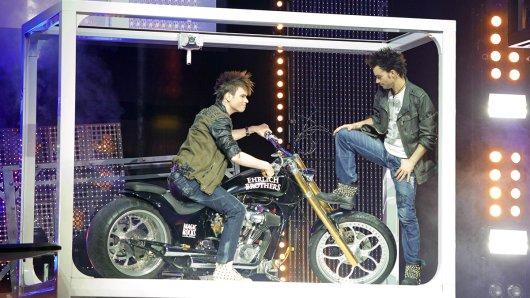 Heavy-Metal-Magie: Coole Illusion: Chris fährt  mit einem Motorrad aus dem iPad direkt auf die Bühne.