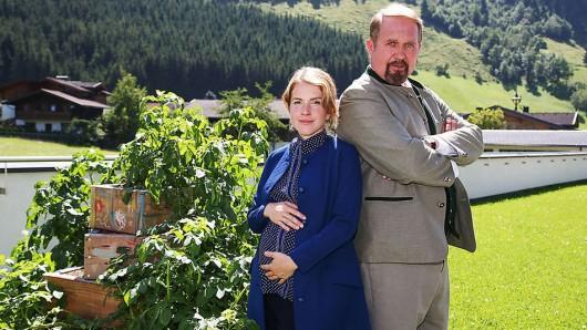 Ab Februar in der neuen ARD-Filmreihe St. Josef am Berg wie Katz und Maus: Harald Krassnitzer und Filmschwiegertochter Paula Kalenberg