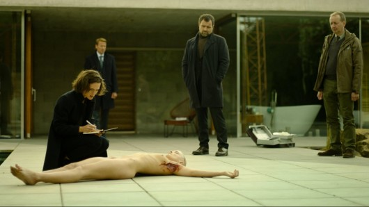 Profilerin Nadja Simon (Friederike Becht) untersucht die Leiche.