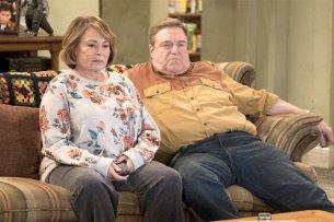 "US-Komikerin Roseanne Barr mit ihrem Kollegen John Goodman in der TV-Serie ""Roseanne""."