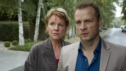 Die Kommissare Marie Brand (Mariele Millowitsch) und Jürgen Simmel (Hinnerk Schönemann).