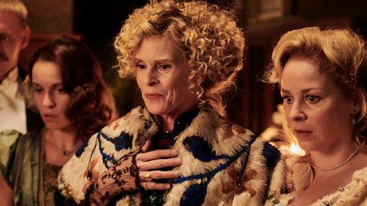 Als exzentrische Witwe Elise Cramer-Klett beweist Leslie Malton (M.) im TV-Drama Ottilie von Faber-Castell - Eine mutige Frau eindrucksvoll, dass es für die GOLDENE KAMERA-Preisträgerin von 1991 keine kleinen Rollen gibt.