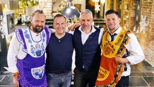 In der Weihnachts-Edition kocht Tim Mälzer (re.) mit Mario Lohninger (li.) in Montreal. Ihre Gegner Tim Raue und  Roland Trettl verschlägt's nach Moskau.