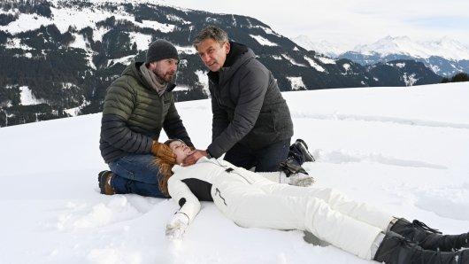 Der Bergdoktor Winterspecial: Erschöpft bricht Nathalie (Emilia Bernsdorf) in den Armen ihres Vaters Hannes (Simon Böer, l.) zusammen. Dr. Martin Gruber (Hans Sigl) weiß, dass jetzt höchste Eile geboten ist.