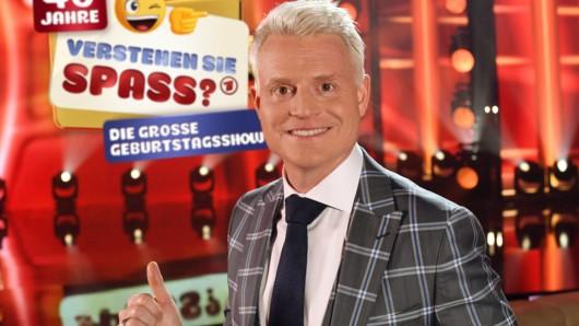 """Guido Cantz nimmt die Zuschauer in der Live-Jubiläumsausgabe mit auf eine höchst unterhaltsame Zeitreise durch die verschiedenen """"Verstehen Sie Spaß?""""-Epochen."""