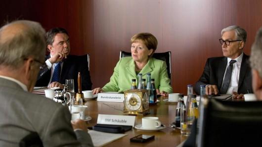 Angela Merkel (Imogen Kogge, M.), Sigmar Gabriel (Timo Dierkes, l.) und  Frank-Walter Steinmeier (Walter Sittler).